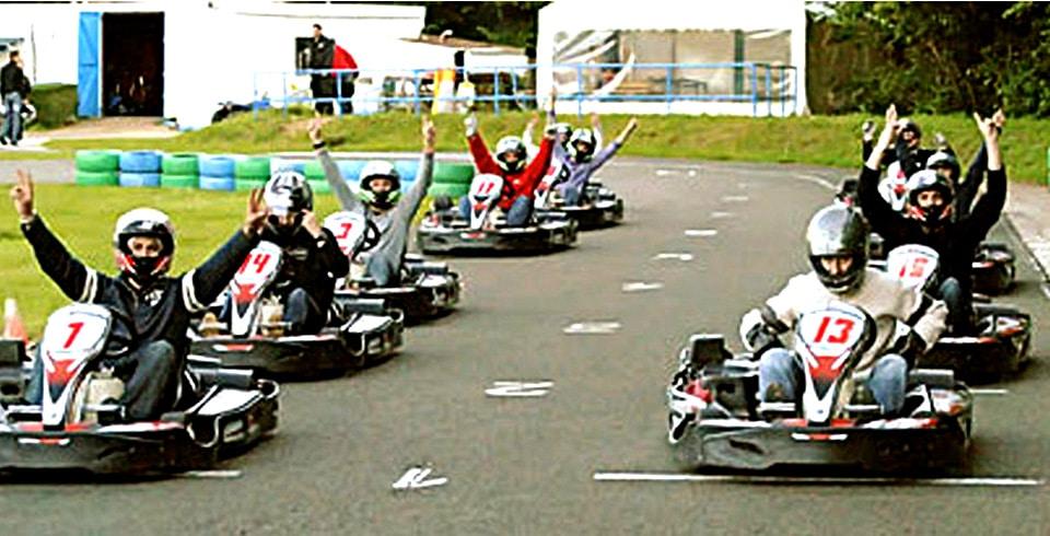 Arrivée d'une course de karting sur un circuit professionnel